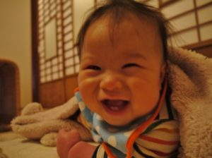 ベッドで笑顔の赤ちゃん