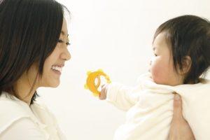 赤ちゃんに話かける母親