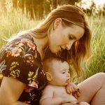 広場で赤ちゃんを抱っこするママ