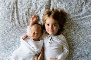 腕枕をする子供と赤ちゃん