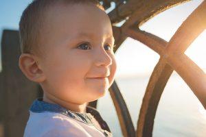 日の光を浴びる赤ちゃん