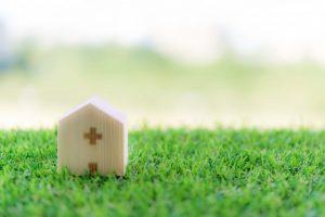 芝生の上の病院