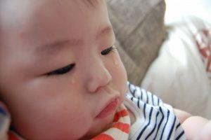 涙をこぼす赤ちゃん
