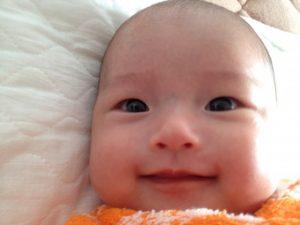 笑った顔の赤ちゃん