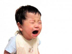 泣いている2歳の男の子