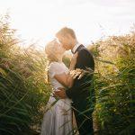 草原でキスする男女