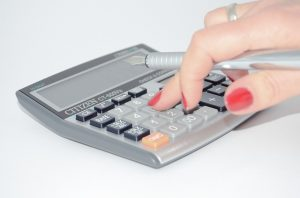電卓を使う女性の指